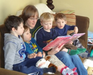 Mama O. reading to a whole crowd on a play date.